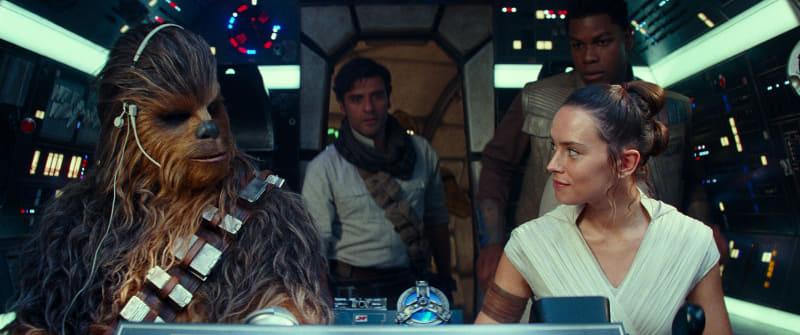 """「スカイウォーカーの夜明け」はシネスコ上映。横幅の広いスクリーンで鑑賞するのがオススメだよ、チューイ!<br/><span class=""""fnt-70"""">(C)2019 ILM and Lucasfilm Ltd. All Rights Reserved.</span>"""
