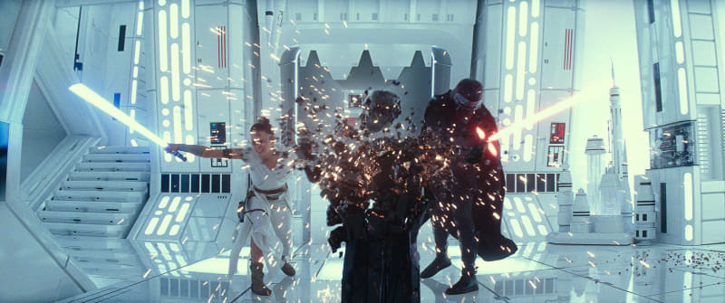 """ライトセーバーのギラギラ&ピカピカに注意!!<br/><span class=""""fnt-70"""">(C)2019 ILM and Lucasfilm Ltd. All Rights Reserved.</span>"""