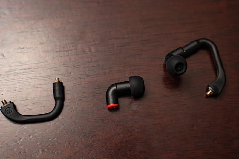 左からフレキシブル・ショート・ケーブル、イヤフォン、ショートケーブルとイヤフォンを接続したところ