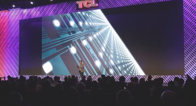 μmクラスの小型LEDを数万個並べてバックライトを構成している