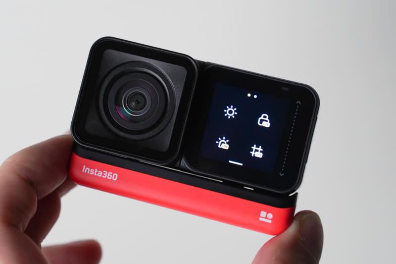 カメラを反転して取り付けると、自撮りも可能