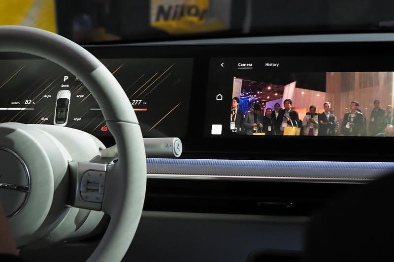 サイドミラーの役割をするカメラの映像も前面スクリーンに表示