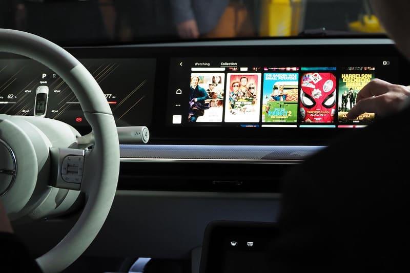 パノラミックスクリーンで車内の情報やエンタメコンテンツを表示