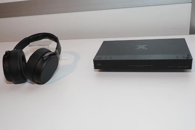 EXOFIELD THEATERのワイヤレスヘッドフォン(左)と、トランスミッター兼シグナルプロセッサー(左)