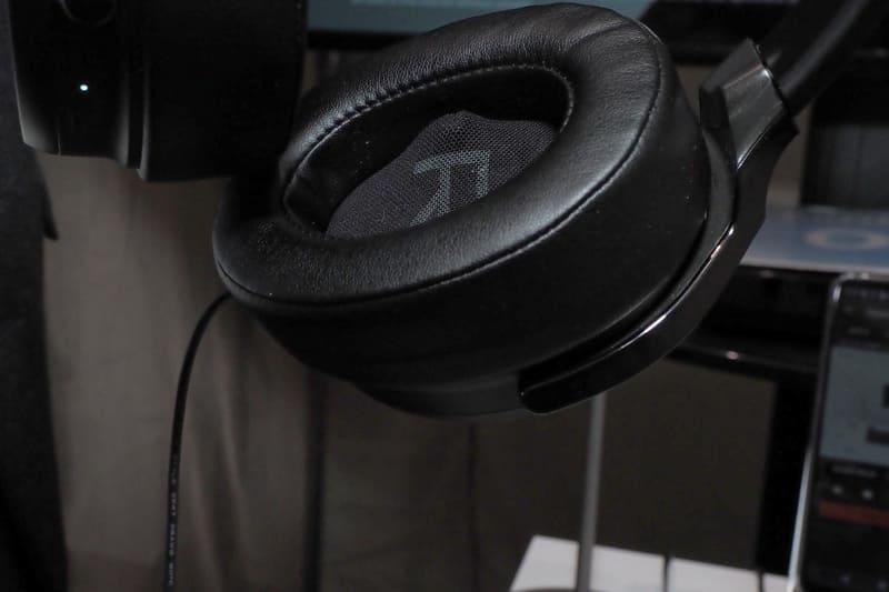 ヘッドフォンの内側(写真の小さく盛り上がっている部分)にマイクを装備