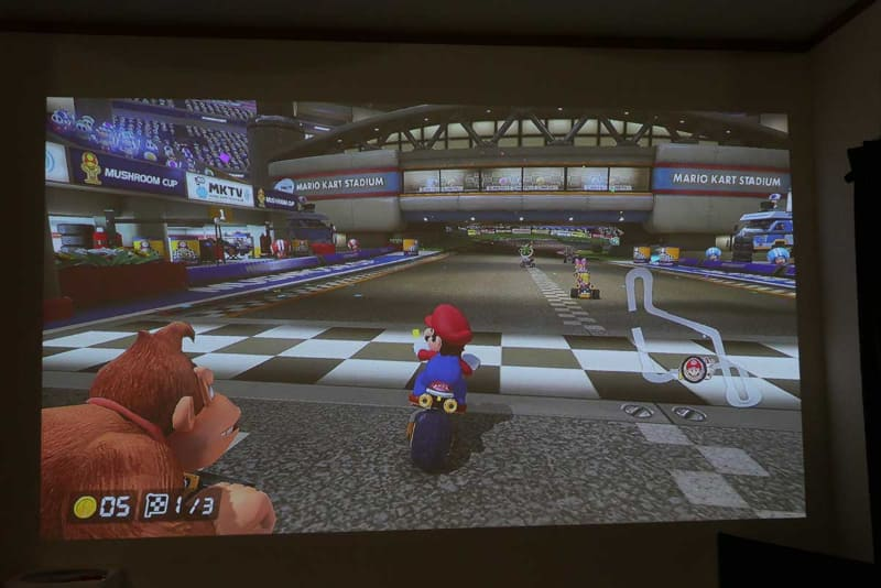 Nintendo Switchを接続してマリオカート。大画面なので迫力満載だ
