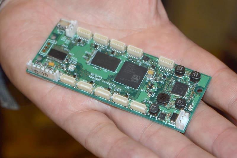 FPGA採用の基板をスピーカーに内蔵