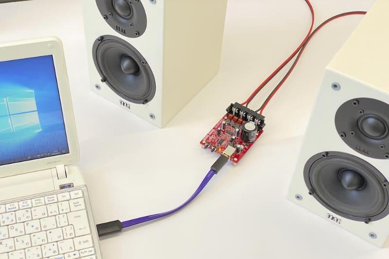 「カンタンにスピーカーを鳴らせるUSBアンプ」の使用例。パソコンやスピーカーは別売