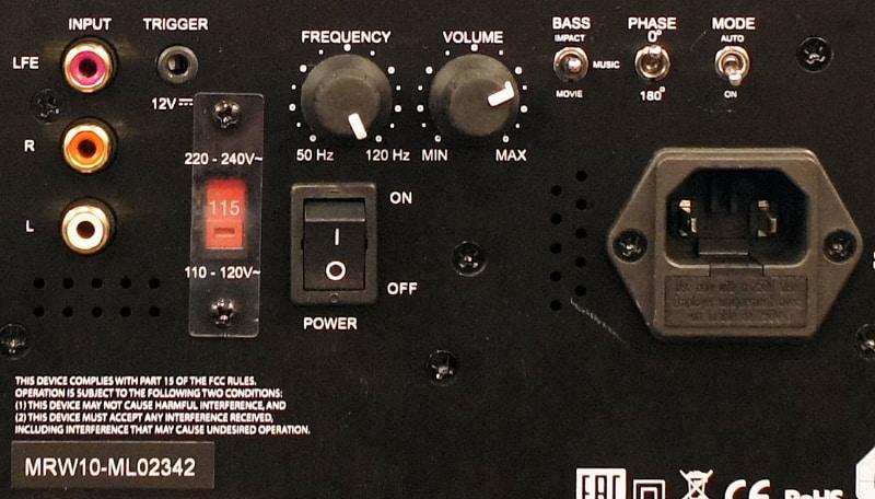 背面の接続端子や各種スイッチの拡大写真。カットオフ周波数や音量調整のほか、低音の音質調整、位相切り替え、オートモードの切り替えスイッチなどもある