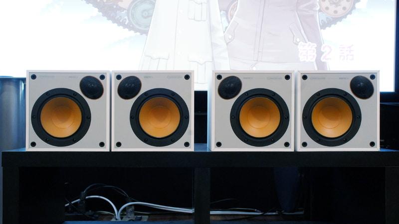 Monitor 50を左右のペアごとに配置を逆にして置いたところ。ツイーターが内側に来る置き方と、外側に来る置き方の2つが選べる