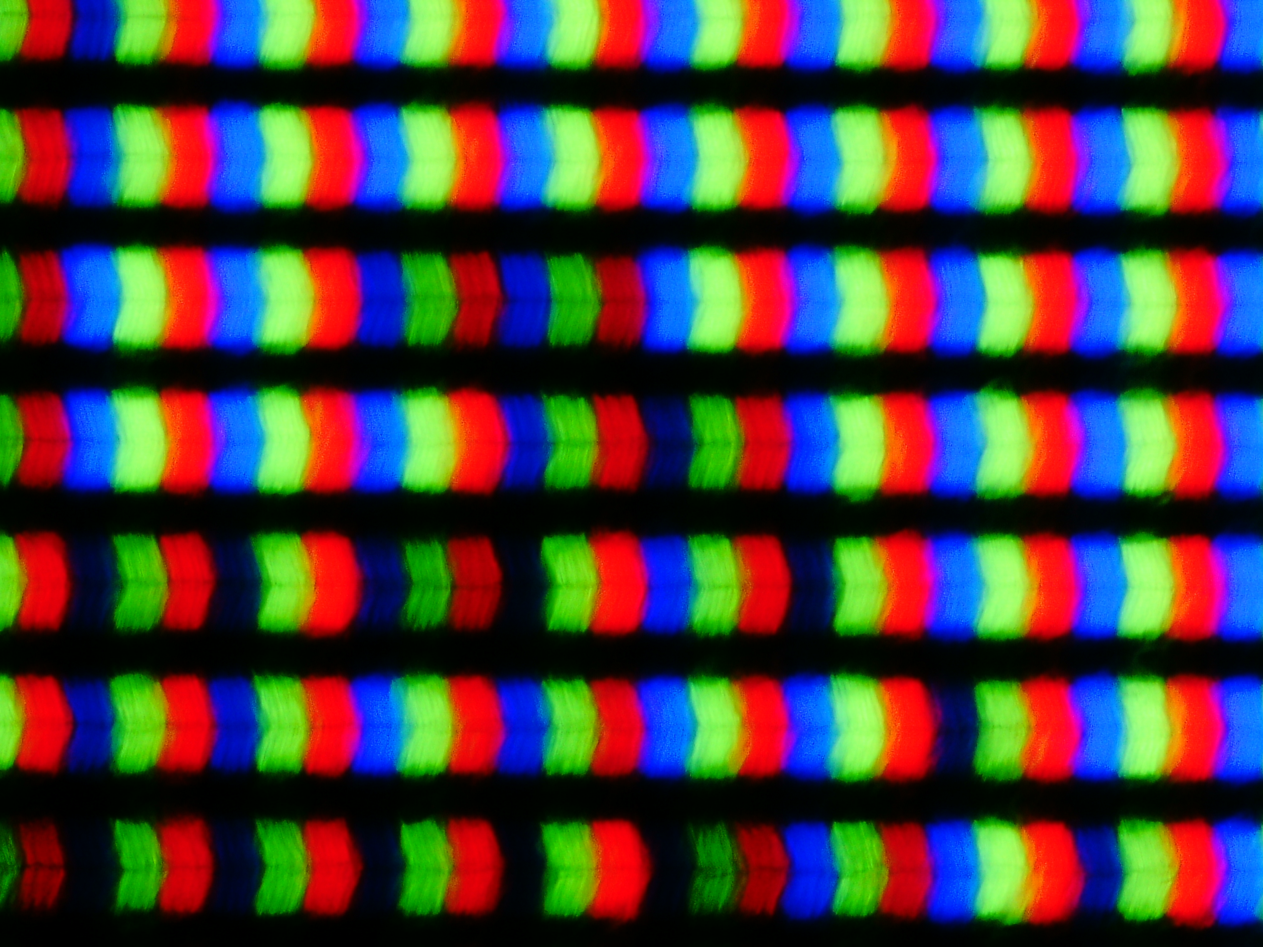 顕微鏡で撮影した43UN700-Bの表示面。IPS型液晶特有の画素形状。ノングレアパネルのため、表示画素からの光は拡散しやすく、画素形状はぼやけ気味である