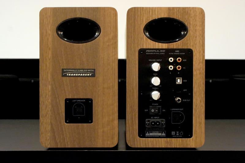 A80の背面。アンプを内蔵する右側には、アナログ入力、USB、光デジタル入力を装備。メインボリュームのほか、高音と低音のアッテネーター(±3dBでレベル調整可能)がある。そのほか、左側スピーカーへの出力端子、サブウーファー出力もある