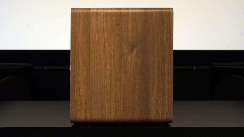 A80の側面。角を丸めた形状で、木目調の仕上げになっている
