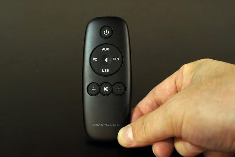 付属のリモコン。コンパクトなサイズで電源のほか、入力切り替えと音量調整ができる