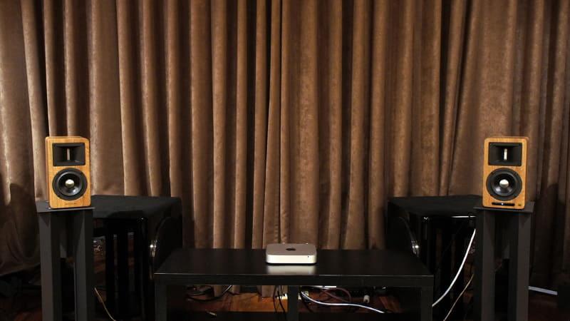 スピーカースタンドに置いた状態。ややコンパクトではあるが、このくらいの間隔の設置でもかなり立派な音が楽しめる