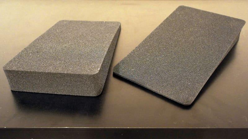 付属するウレタン製のベース。くさび状の角度がついた形になっており、スピーカーの角度を上向きで設置できる