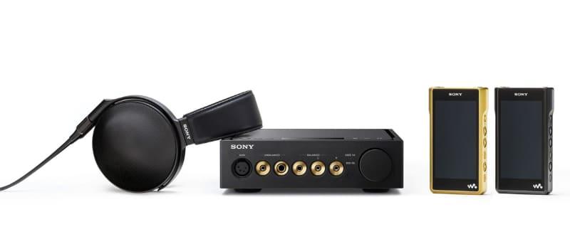 """ソニーが長年培ってきたアナログとデジタルの高音質技術を結集したという""""Signatureシリーズ""""。写真左から、ヘッドホン「MDR-Z1R」、ヘッドフォンアンプ「TA-ZH1ES」、ウォークマン「NW-WM1Z」「NW-WM1A」"""