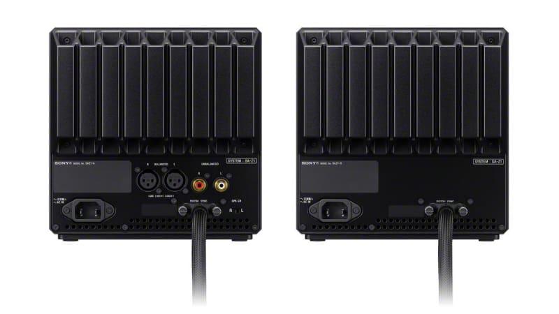 背面。写真に映っているケーブルは、LRスピーカーを繋ぐための専用デジタルシンクケーブル。XLR、RCAの音声入力を各1系統ほか、側面後方に、USB、ウォークマン、光デジタル入力、ステレオミニ入力の端子を備える