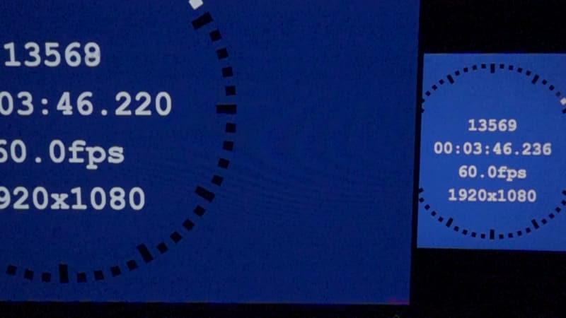 リファレンス機(写真右)と、測定対象のテレビ(写真左)を並べて測定する