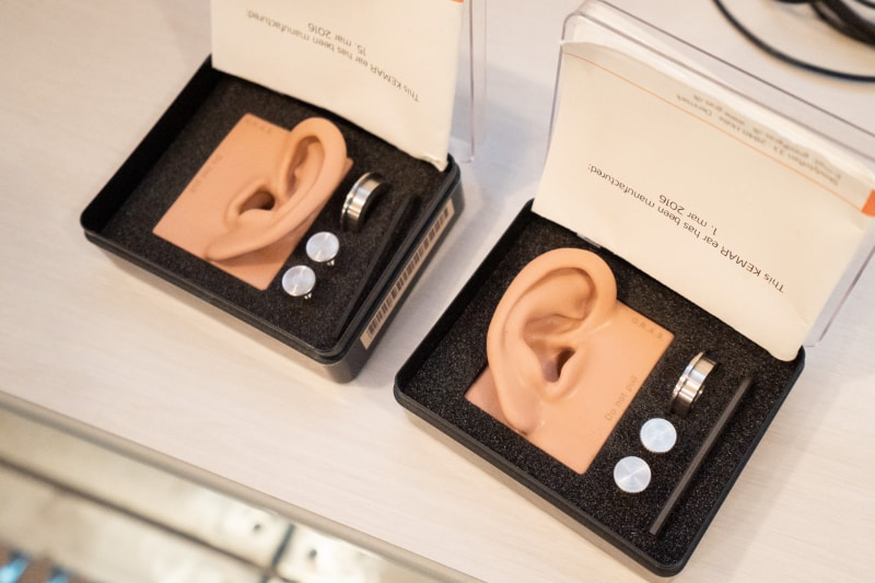 形状の異なる耳のパーツが多数用意され、付け替えられるようになっている