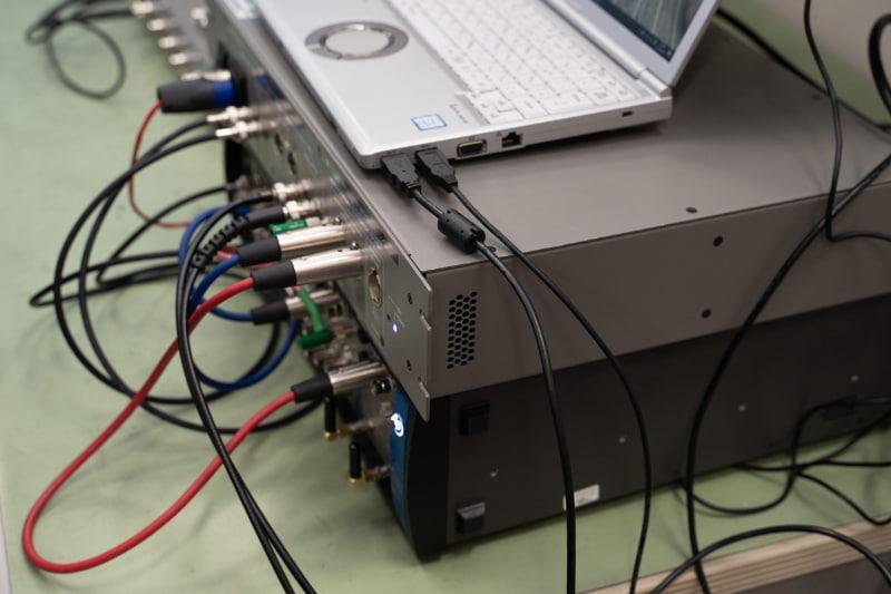 AC電源や電源アダプターからのノイズを受けないよう、ノートPCは内蔵バッテリーで駆動されていた