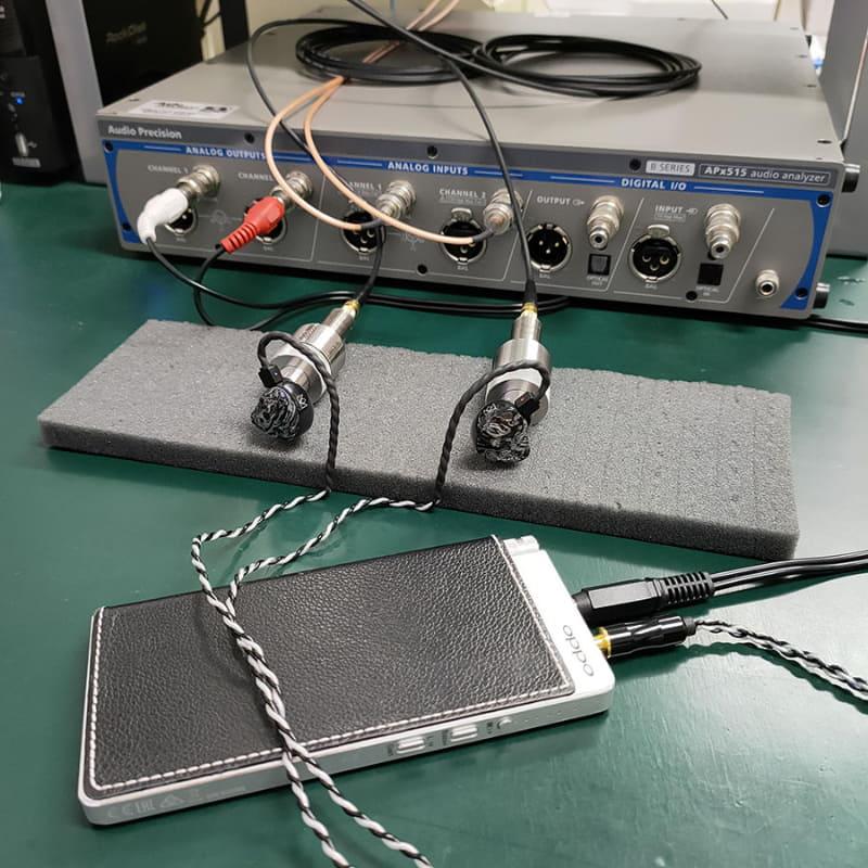 イヤフォンをポータブルアンプでドライブするなど、実際の使用環境に近づけながら、計測を行なっている