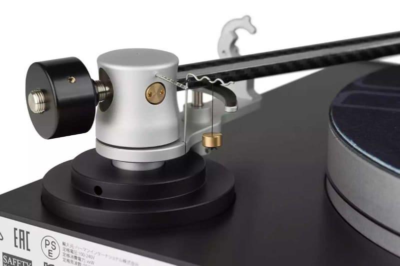 カーボンファイバー製トーンアームとアルミ製ヘッドシェル