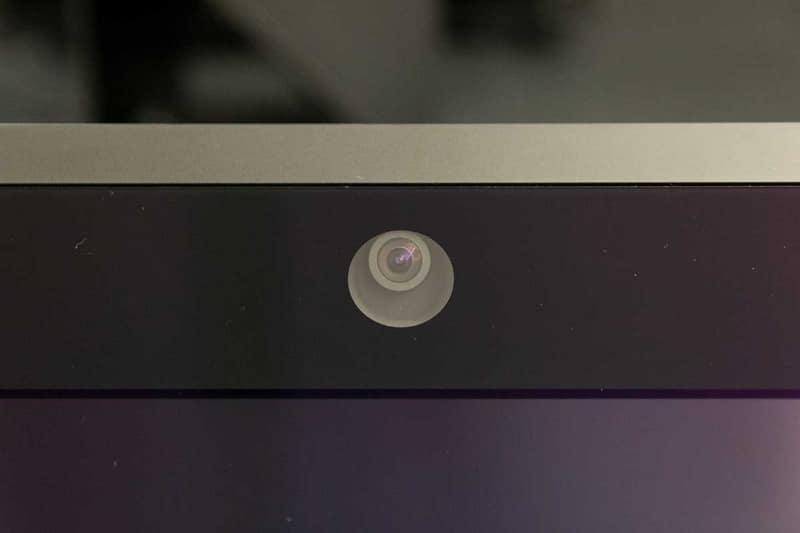 ディスプレイ上部のセンサーで瞳を検知する