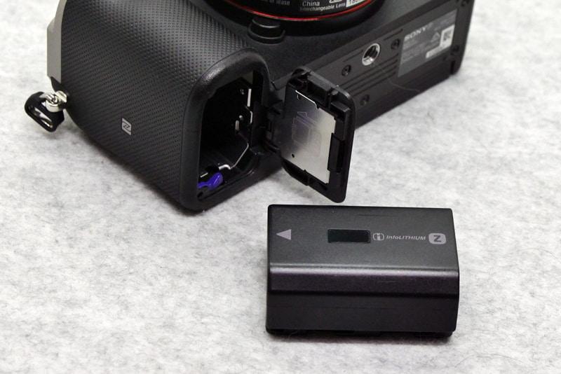 バッテリーはNP-FZ100で、α7 IIIと同じものだ