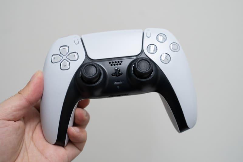 3Dオーディオを使う場合には、まずコントローラーにヘッドフォンをつなぐ