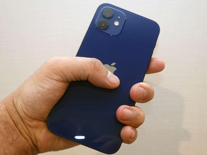 iPhone 12を同じく片手で。持てなくはないが親指は画面の端に届かない