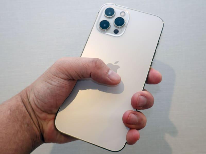 iPhone 12 Pro Max。こちらは「持てるが片手だけで使うものではない」感じだ