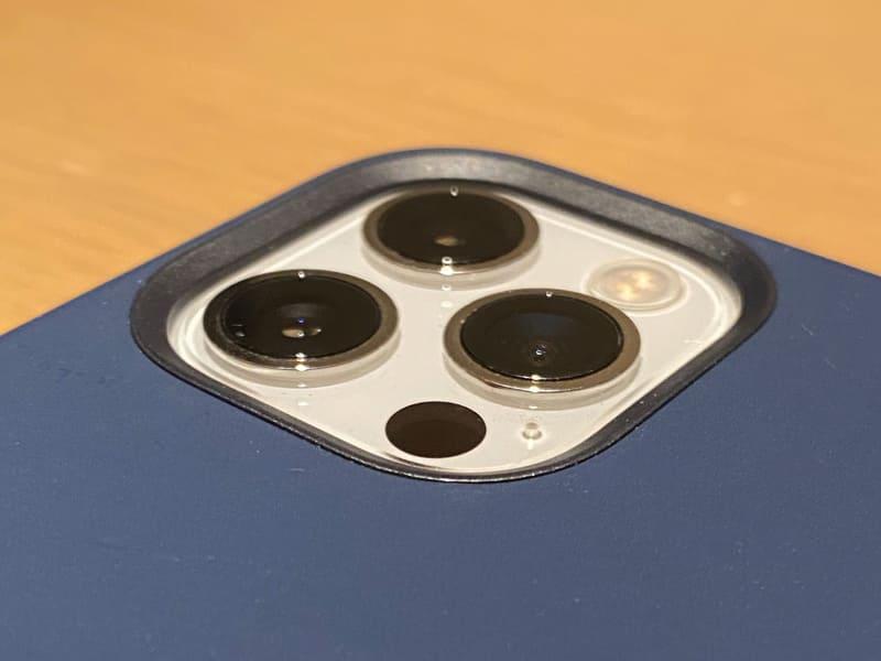 順に、12 Pro Max・12 Pro・12 miniのカメラ部。ケースの縁をみると、12 Pro Maxのみ盛り上がりが大きいのがわかる