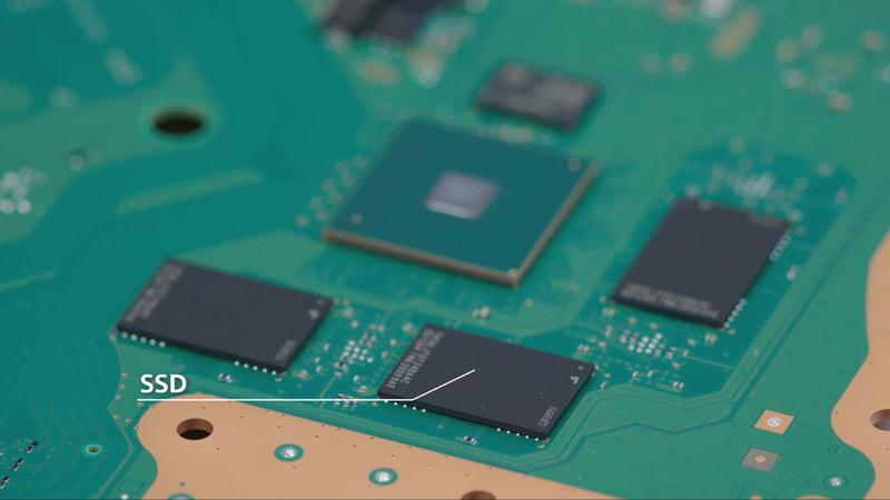 PS5はメインボードにSSD(フラッシュメモリー)が直付けされ、ゲームに特化した12チャンネル対応のための独自I/Oコントローラーと共に動作する