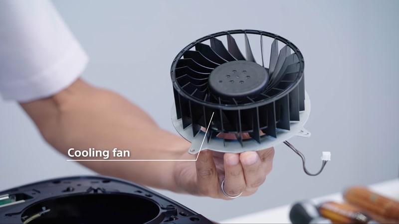 SIEが公開したPS5の分解動画より。ファンは非常に大きなもので、これが常に一定の回転で周り、エアフローを確保している