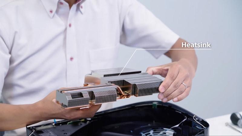 PS5のヒートシンク。SoCからの熱はもちろん、SSDやメモリーなど、メインボード上の発熱源からの熱を効率的に集め、ファンからの風で外へ逃す