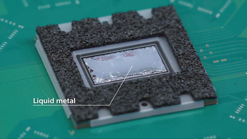 SoCから熱を効率的に伝えるためのTIMとしては、グリスなどではなく液体金属が採用された