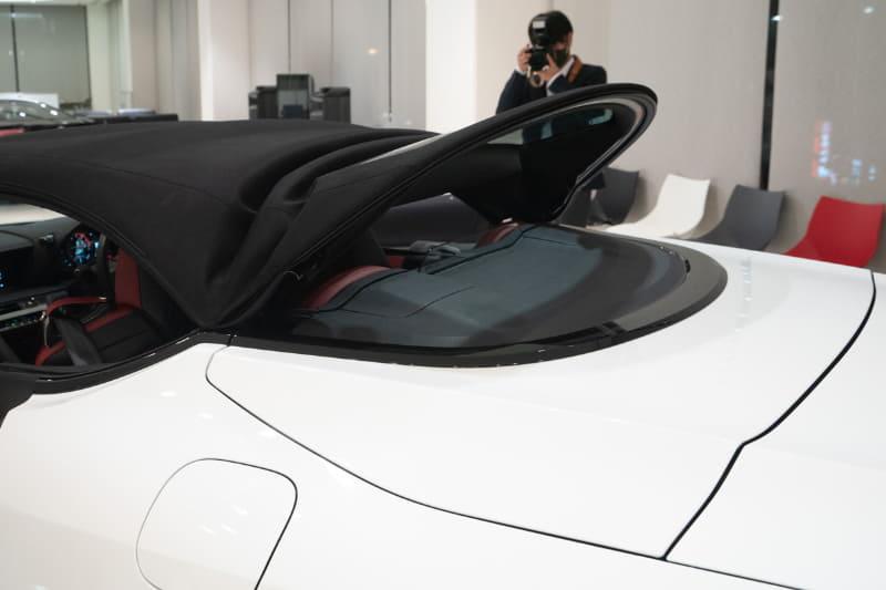 気分にあわせ、屋根を格納してオープンカーにできる。精密な動きは見ていてグッとくる