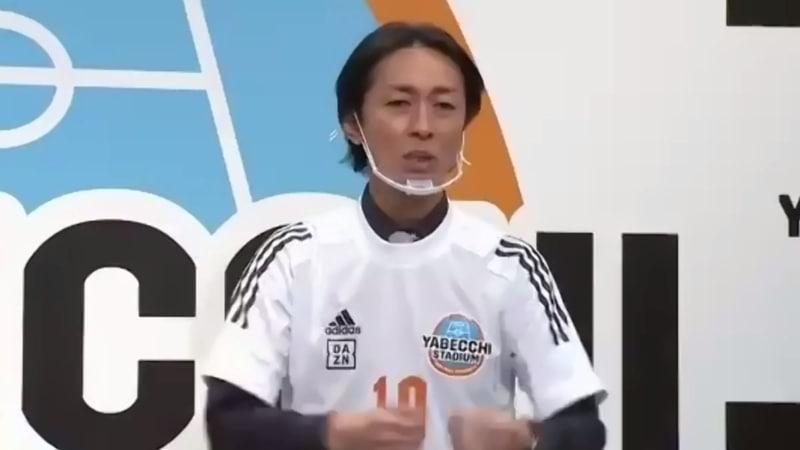 """特製ユニフォームを着た矢部さん。「(プロ選手の加入記者会見でよくある)""""シャツ・ネクタイの上にユニフォーム着る""""のあこがれていました(笑)」"""