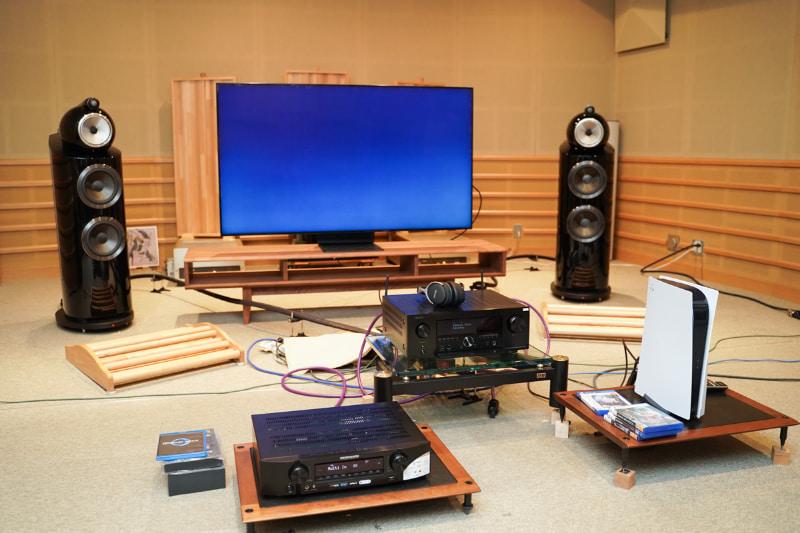 試聴室にセットされたPS5とAVアンプ。縦置きのPS5はなかなか存在感がある