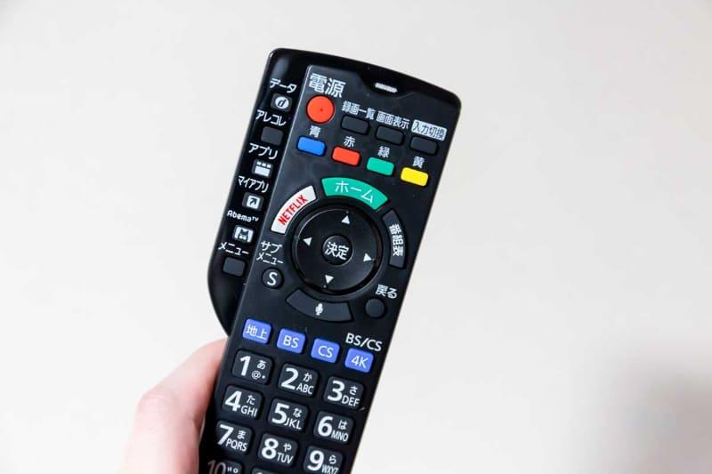 リモコン上部の小さな穴がマイク。マイクボタン(写真中央)を押して、マイクに話すと操作できるのだが……。できそうなことができない