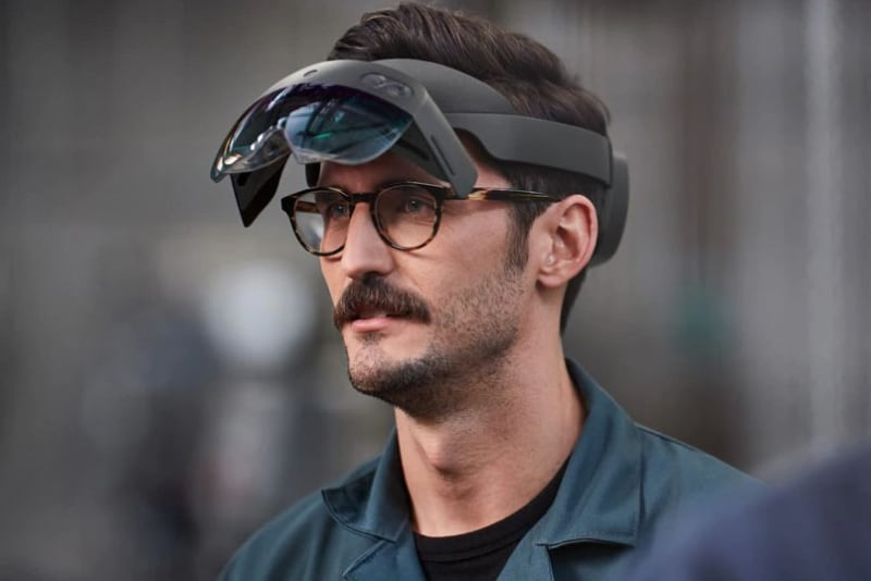 「HoloLens 2」。グラス部分のフリップアップも可能になっている