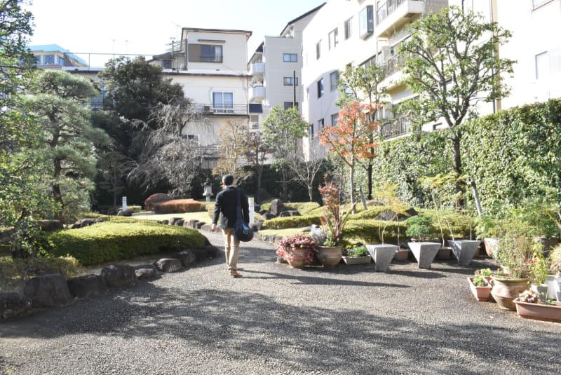庭園脇を回って別館へ向かう