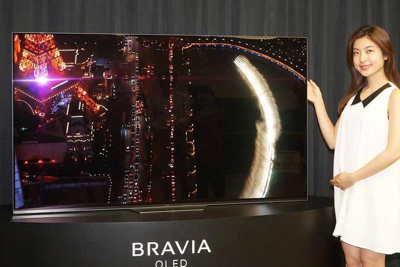 今年6月に発売した、ソニーの65型4K有機ELテレビ「BRAVIA KJ-65A8H」(写真上)の価格は約42万円。18年発売の65型「A8F」(写真下)は約55万円前後だった