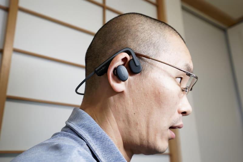 骨伝導方式のヘッドセットをマイク代わりに使い、もう1つの完全ワイヤレスイヤフォンをヘッドフォンとして使う