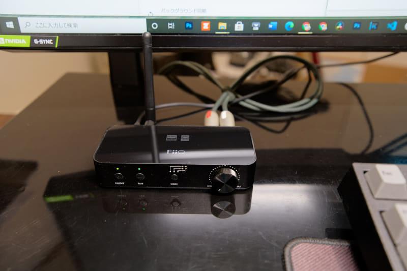 正面のスイッチでトランスミッター(TX)モードにし、ヘッドホンとして使うBluetoothヘッドセットを接続する