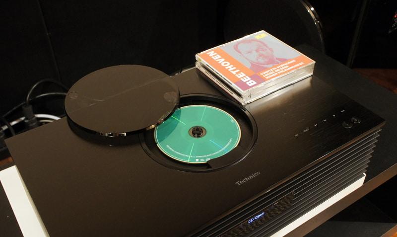 CDのカバーを開き、ディスクをセットしたところ。回転するディスクの様子が見えるのは、トップローディング方式ならでは