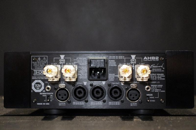 AHB2の背面。入力はバランス入力のみでゲイン切り替えは3段階。スピーカー端子は一般的なコネクターが上部にあり、下部の中央にはスピコン端子もある。ステレオモードとモノラルモードの切り替えも可能