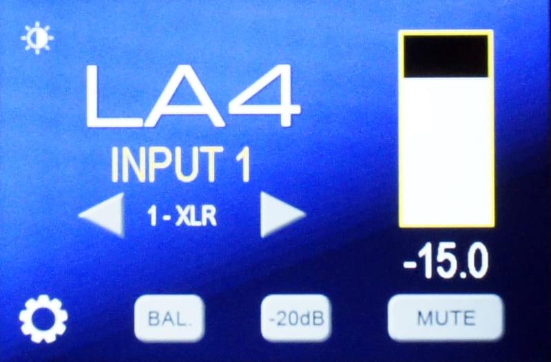 LA4のディスプレイ表示。通常の状態で入力名と音量が表示されるほか、バランス調整ボタンやミュート、-20dB操作が可能。タッチ操作で快適に使える