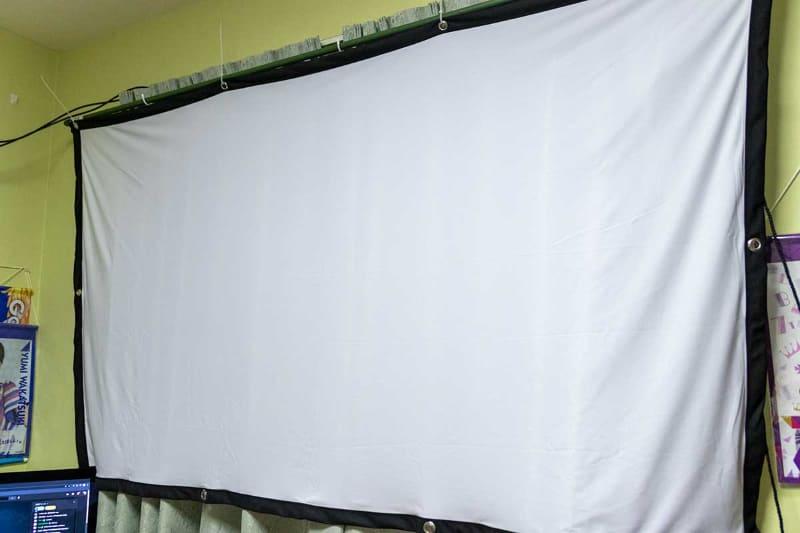 Amazonで購入した布スクリーン。カーテンレールに引っ掛ける形で設置している